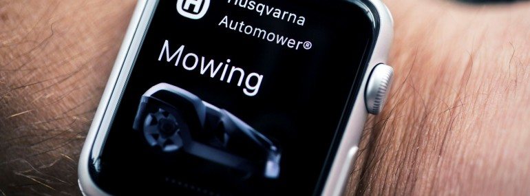husqvarna-automower-connect-apple-watch-on-arm-24-HR-770x285